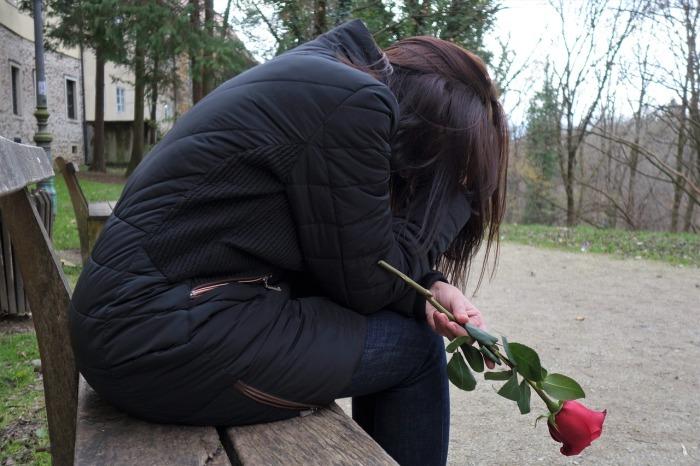 foto mujer llorando con rosa