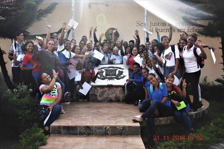 foto universidad manos arriba (3)
