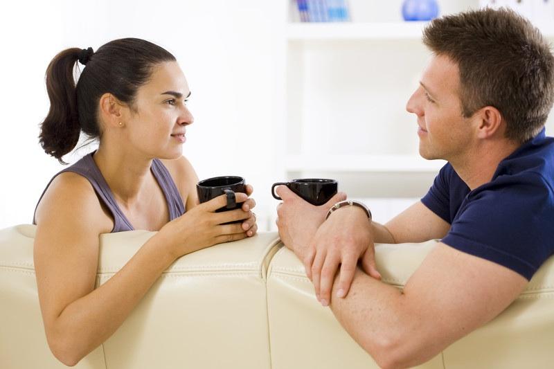 pareja hablando con taza de café