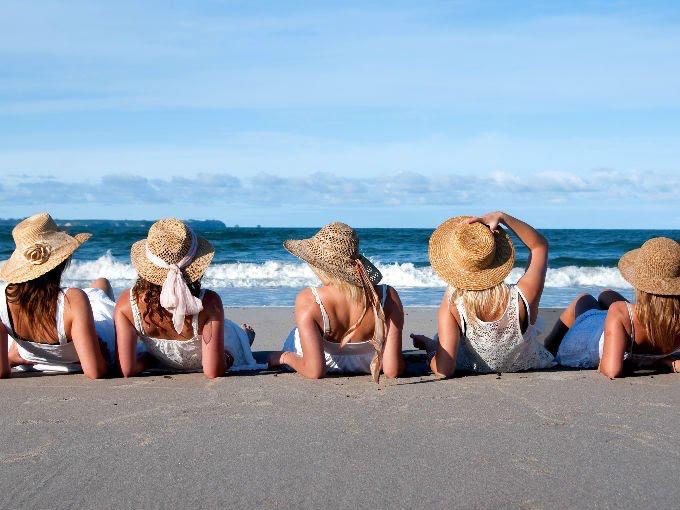 foto chicas playa flyer viaje